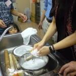 キルギス流食器の洗い方。少量の水ですすぎます。