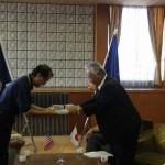 議長から長谷川さんへ記念品が託されました